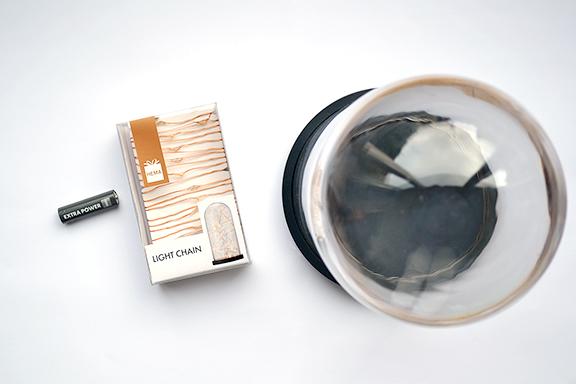 Afbeelding stolp, koperdraadlichtjes en een batterij