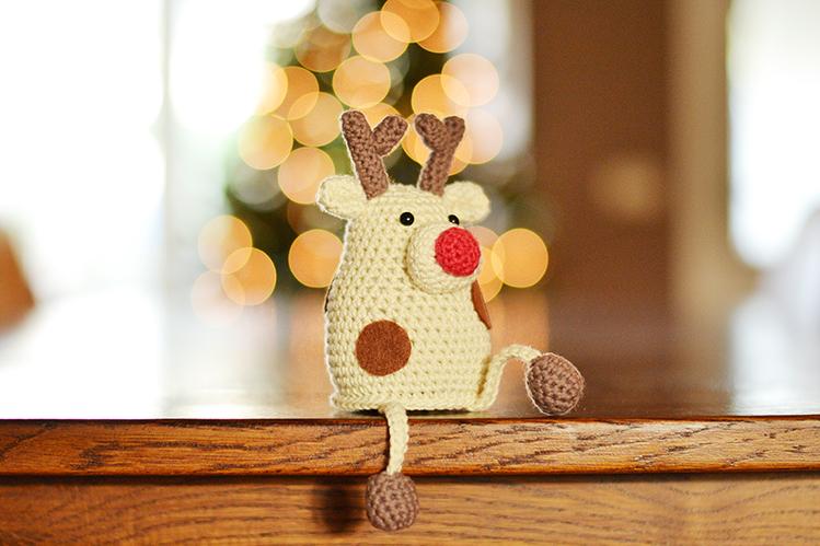 Afbeelding Rendiertje Rex bij kerstboom