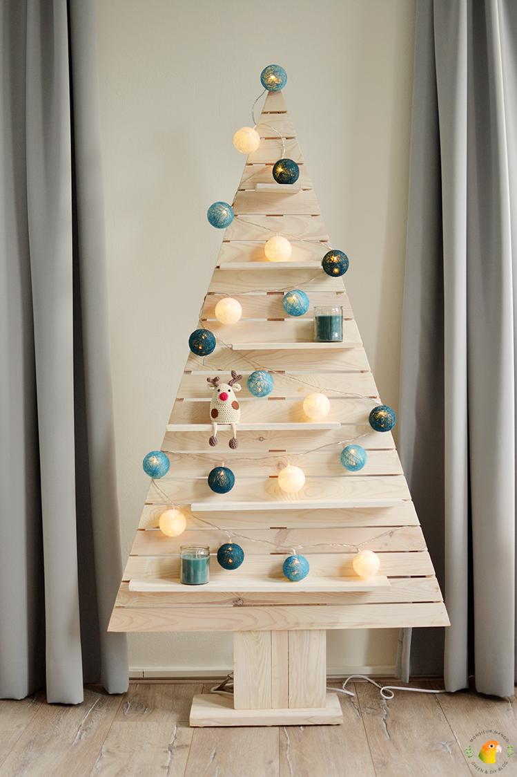 Afbeelding mijn houten kerstboom met lichtslinger ballen