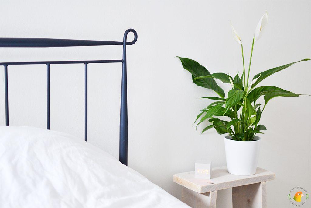 Afbeelding houten wekker op nachtkastje
