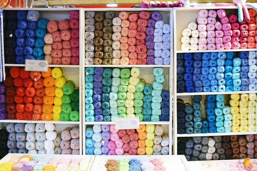 Afbeelding Knit & Knot kasten vol met gekleurde garen vormen een vrolijk geheel