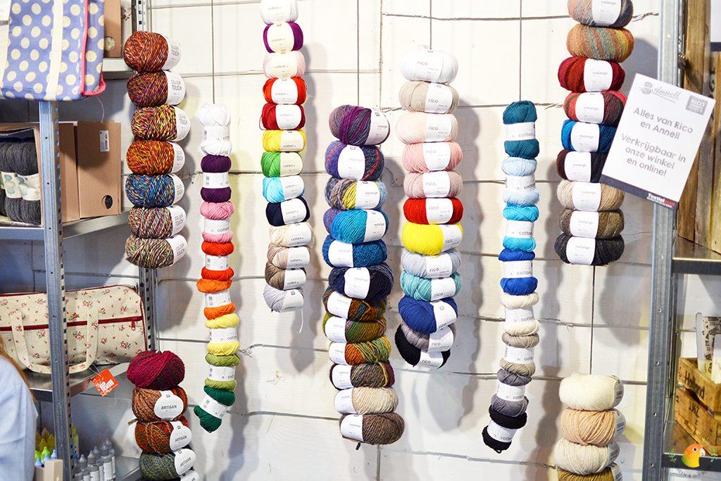 Afbeelding Knit & Knot bolletjes garen geregen aan een slinger