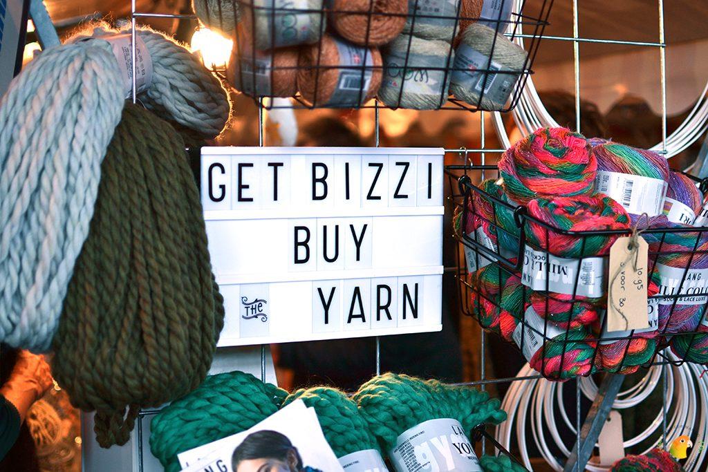 Afbeelding Knit & Knot Bedijs lightbox met tekst Get bizzi buy yarn