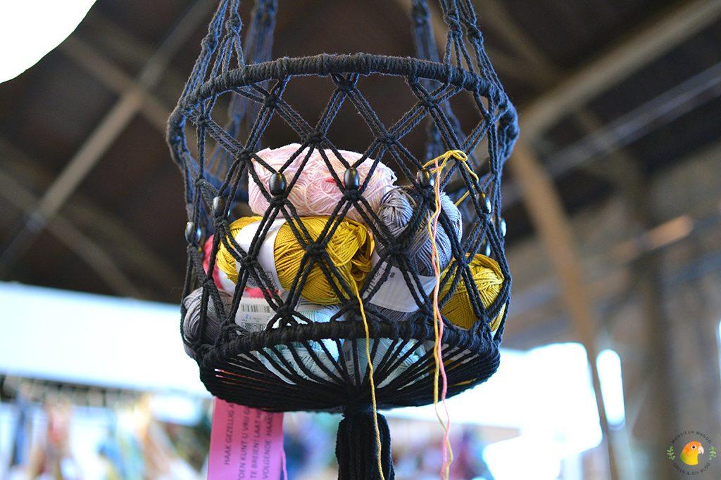 Afbeelding Knit & Knot garen in een mandje aan het plafond