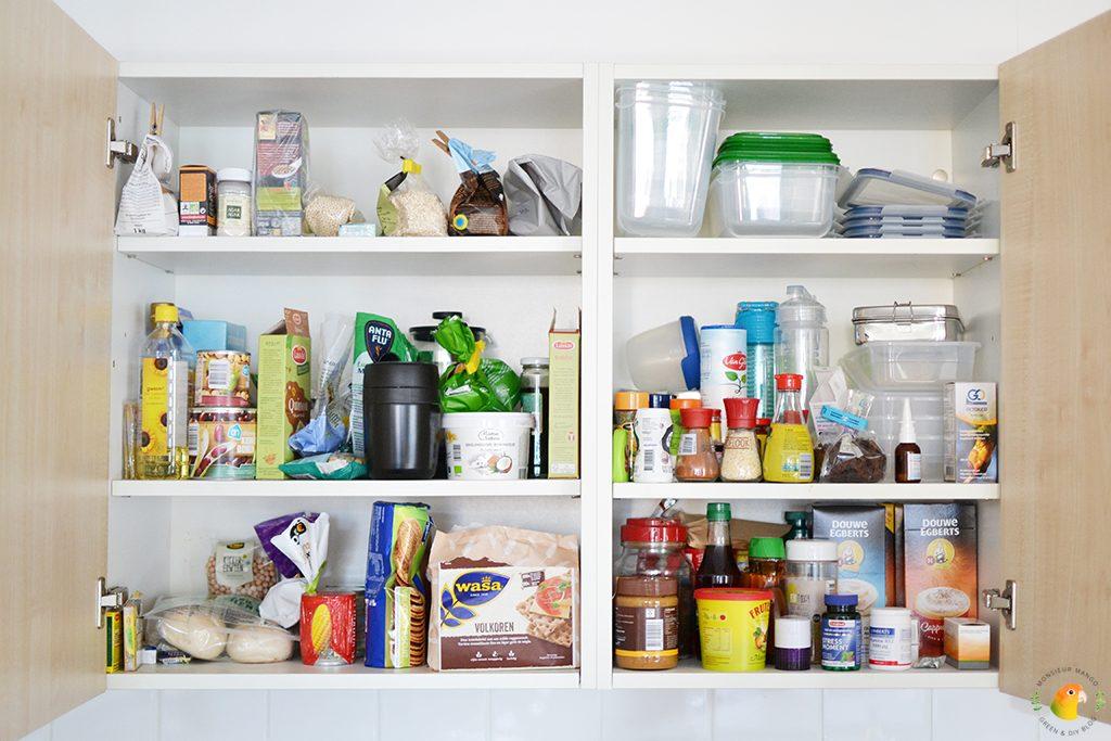 Keukenkastjes organiseren vóór foto